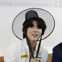 【4大陸フィギュア】男子フリーの演技後、キス・アンド・クライで、笑顔を見せる韓国のチャ・ジュンファン=韓国・ソウルで2020年2月9日、AP