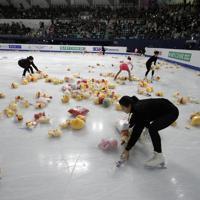 【4大陸フィギュア】男子フリーで羽生結弦が演技を終えると、リンクには大量のプーさんが投げ込まれた=韓国・ソウルで2020年2月9日、AP