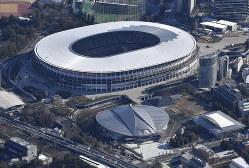 東京五輪・パラリンピックのメイン会場となる国立競技場=2020年1月5日午後1時52分、本社ヘリから