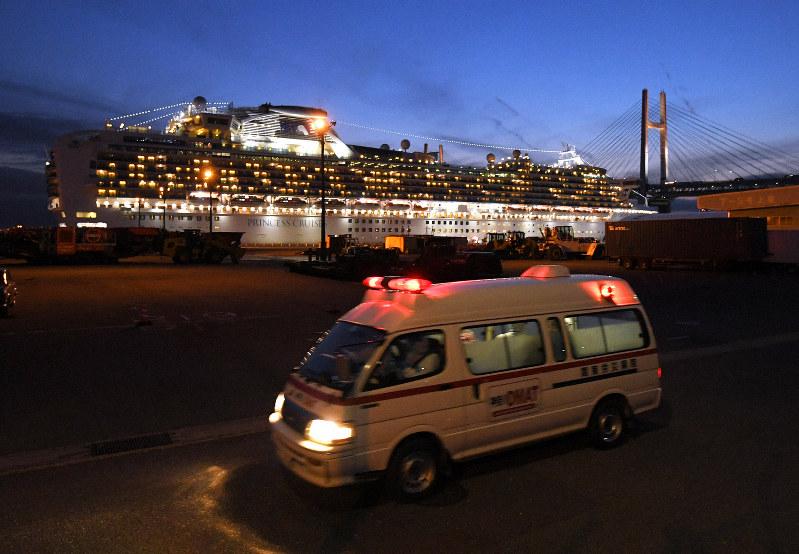 新たに乗客41人の新型コロナウイルス感染が判明したクルーズ船「ダイヤモンド・プリンセス」から、感染者を乗せて病院に向かう救急車=横浜市鶴見区の大黒ふ頭で20年2月7日、手塚耕一郎撮影