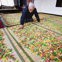 寒田地区で進む彩り豊かなあられ作り=福岡県築上町で2020年2月7日、上入来尚撮影