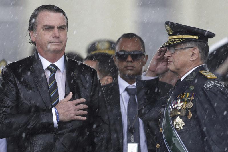 汚職撲滅を掲げながら周囲の汚職疑惑に甘い姿勢を取り、批判が高まるブラジルのボルソナロ大統領=ブラジリアで2019年4月、AP