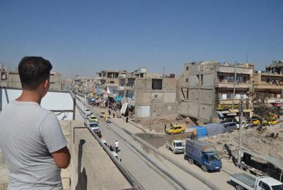 同性愛者が突き落とされた建物で当時の様子を説明する青年=シリア・ラッカで2019年10月撮影