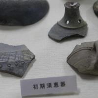 新堂遺跡で出土した初期須恵器。朝鮮半島先端中央地域の影響が強い。一方、日本人の好みも反映するように。文様が減り、取っ手付きカップはじきに姿を消す=橿原市で、栗栖健撮影