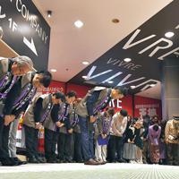 シャッターを下ろしながら頭を下げる天神ビブレの従業員ら=福岡市中央区で2020年2月11日午後9時3分、徳野仁子撮影