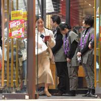 店を出る買い物客に頭を下げる天神ビブレの従業員たち=福岡市中央区で2020年2月11日午後8時29分、徳野仁子撮影