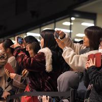 天神ビブレの閉店を惜しみ写真を撮る人たち=福岡市中央区で2020年2月11日午後8時50分、徳野仁子撮影