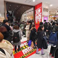 閉店日を迎え、多くの買い物客でにぎわう天神ビブレの店内=福岡市中央区で2020年2月11日午後4時6分、徳野仁子撮影