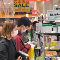 閉店日を迎えた店内で買い物をする人たち=福岡市中央区で2020年2月11日午後4時11分、徳野仁子撮影