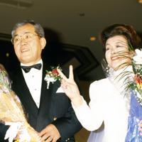 桂由美さんの30周年記念パーティーに、結婚衣装で登場した野村克也さんと妻の沙千代さん=1994年2月、内林克行撮影
