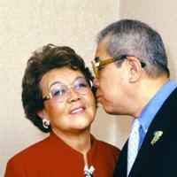 妻沙知代さんの頬にキスする野村克也さん=東京都内で2000年1月