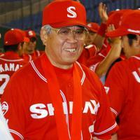 第74回都市対抗野球の閉会式後、準優勝メダルを胸に笑顔を見せるシダックスの野村克也監督=東京ドームで2003年9月2日、加古信志撮影