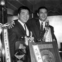 セ・パ両リーグの最優秀選手の選出は昭和40年11月15日、東京銀座西のプロ野球コミッショナーで行われパ・リーグは三冠王を獲得した南海の野村克也捕手が、セ・リーグは巨人の王貞治一塁手が選ばれた。野村捕手の3冠王はセ・パ2リーグ制になってから初めて。