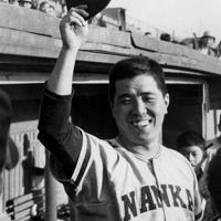 南海の野村捕手は昭和40年10月21日、大阪・藤井寺球場で行われた対近鉄ダブルヘッダー戦を終わって「3冠王」が決まった。打率3割2分、打点110、本塁打42本。プロ野球がセ・パ両リーグ時代に入って初の三冠王である