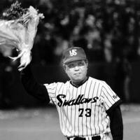 セ・リーグV2を決め、花束を手にファンに応える野村監督=神宮球場で1993年10月16日