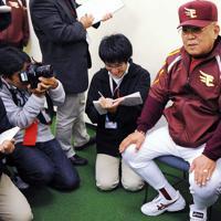 試合後、報道陣にボヤくのも「野村式人心掌握術」の一つ=ヤフードームで2009年4月26日、徳野仁子撮影