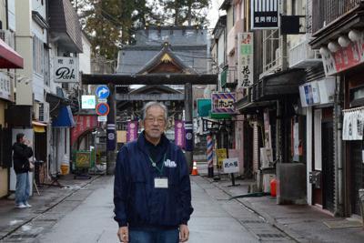 ロケ地として「ぜひに」とこだわった桜山参道地区に立つ、盛岡広域フィルムコミッションの多田研三さん=盛岡市内丸で
