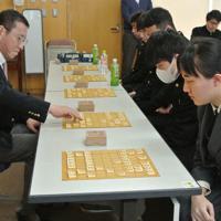 高校生5人と指導対局する豊川孝弘七段(左端)=富山市の県立富山中部高で、青山郁子撮影