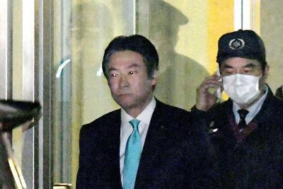 保釈され東京拘置所を出る衆院議員の秋元司被告(中央)=東京都葛飾区で2020年2月12日午後7時23分、竹内紀臣撮影