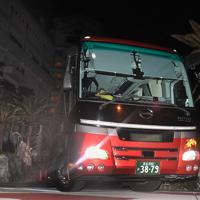 中国・武漢市から帰国し千葉県勝浦市のホテルに身を寄せていた人たちを乗せたバス=千葉県勝浦市で2020年2月12日午後7時2分、滝川大貴撮影