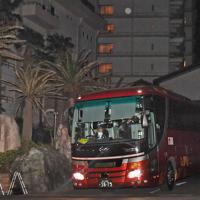 中国・武漢市から帰国し千葉県勝浦市のホテルに身を寄せていた人たちを乗せたバス=千葉県勝浦市で2020年2月12日午後7時2分、滝川大貴撮影(画像の一部を加工しています)
