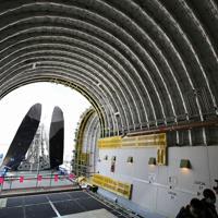 ボーイング787の主翼(奥)を運ぶドリームリフターの搭載部=愛知県常滑市の中部空港で2020年2月12日午後1時36分、兵藤公治撮影