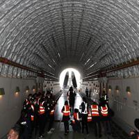 ボーイング787の主翼(奥)を運ぶドリームリフターの搭載部=愛知県常滑市の中部空港で2020年2月12日午後1時53分、兵藤公治撮影