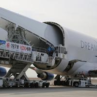 ドリームリフターの搭載部に搬入されるボーイング787の主翼=愛知県常滑市の中部空港で2020年2月12日午後2時3分、兵藤公治撮影