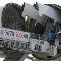 ドリームリフターの搭載部に搬入されるボーイング787の主翼=愛知県常滑市の中部空港で2020年2月12日午後2時13分、兵藤公治撮影