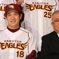 入団会見で楽天のユニホームに袖を通し、笑顔の田中将大投手(左)。隣は野村克也監督=2006年12月16日、小出洋平撮影