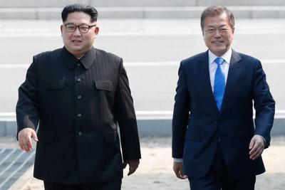 軍事境界線から首脳会談の会場に向かう北朝鮮の金正恩朝鮮労働党委員長(左)と韓国の文在寅大統領=板門店で2018年4月27日、韓国共同写真記者団撮影