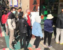 マスクを買うため早朝から薬局の前に行列をつくる市民=台北市中山区で2020年2月6日、福岡静哉撮影