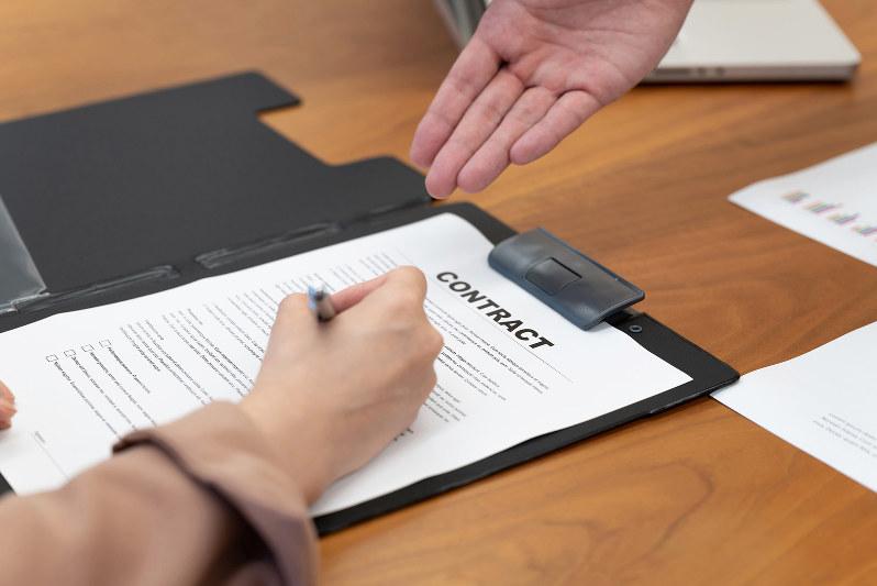 「当社の約款を契約の内容とします」のチェック欄を忘れずに(metamorworks/PIXTA)