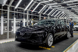 ハイフォンの工場で生産されたビンファストの「LUX A2.0」=2019年6月(Bloomberg)