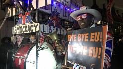 英国会議事堂近くの広場で、英国の欧州連合からの離脱を祝う人=ロンドン市内で1月31日、横山三加子撮影