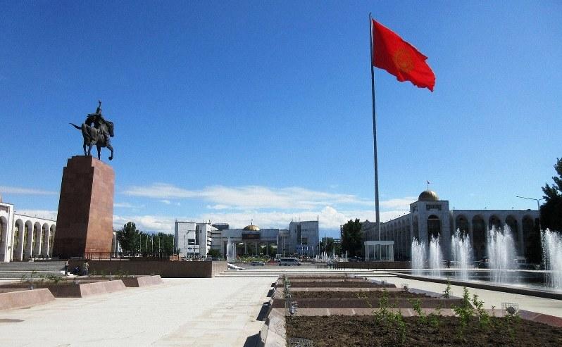 ビシケクの都心に建つマナス王の像と国旗(写真は筆者撮影)