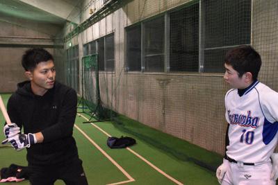 中学生に指導をする斎藤慶輝さん(左)=山形県鶴岡市で