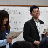 劇作のワークショップで講師を務めた南出謙吾さん(右)=金沢市高岡町で、日向梓撮影