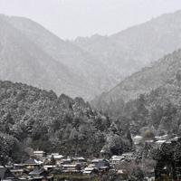 大原・三千院へと続く坂道を上り、西を望むと、雪化粧した山々が広がっていた=京都市左京区で、川平愛撮影