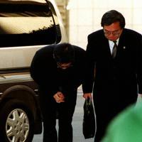「多くの信頼裏切った」──。弁護士に付き添われ、深々と頭を下げてから東京地裁に入る槙原敬之被告=1999年12月8日、根岸基弘撮影