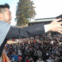節分会で福豆をまくシンガー・ソングライターの槙原敬之さん=山梨県身延町で2007年2月3日、中村有花撮影
