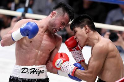 二回、ブエナオブラ(右)を攻める比嘉=後楽園ホールで2020年2月13日、宮武祐希撮影