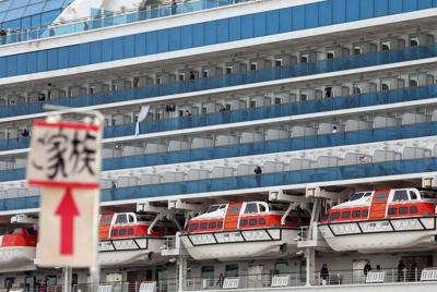 感染者が見つかったクルーズ船「ダイヤモンド・プリンセス」=横浜市鶴見区の大黒ふ頭で20年2月12日午前10時17分、小川昌宏撮影