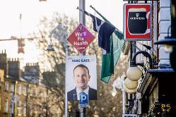 与党の統一アイルランド党は第3党に後退した(党首のバラッカー首相のポスター)(Bloomberg)