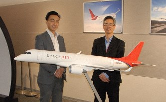 三菱航空機の進藤浩史さん(左)とマエダ・ダルモさん