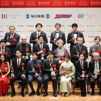 記念写真に納まる第74回毎日映画コンクールの受賞者たち=神奈川県川崎市幸区で、梅村直承撮影