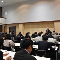 ツキノワグマ被害の対策を話し合う職員=新潟市中央区で