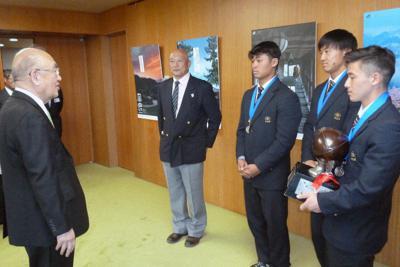 荒井正吾知事(左)に花園準優勝を報告する御所実高ラグビー部の選手たち=県庁で、新宮達撮影