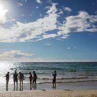 ビーチで交流するMINDSのメンバーら=米国ハワイ州で、高橋祐貴撮影
