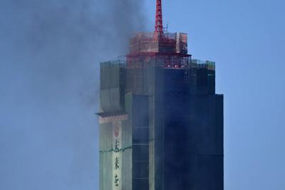 黒煙を上げる博多ポートタワー=福岡市博多区で2020年2月14日午後3時8分、須賀川理撮影